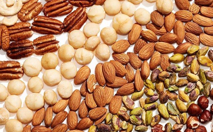 Bỏ sẵn các loại hạt và chai nước lọc vào balo
