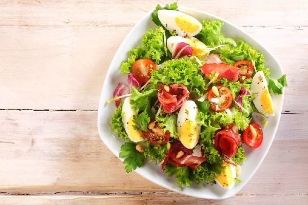 Cố gắng ăn nhiều salad trong mọi bữa ăn