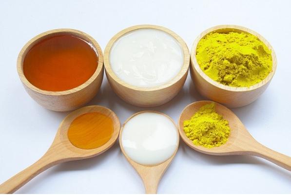 Hỗn hợp trị nám bằng sữa chua mật ong và tinh bột nghệ