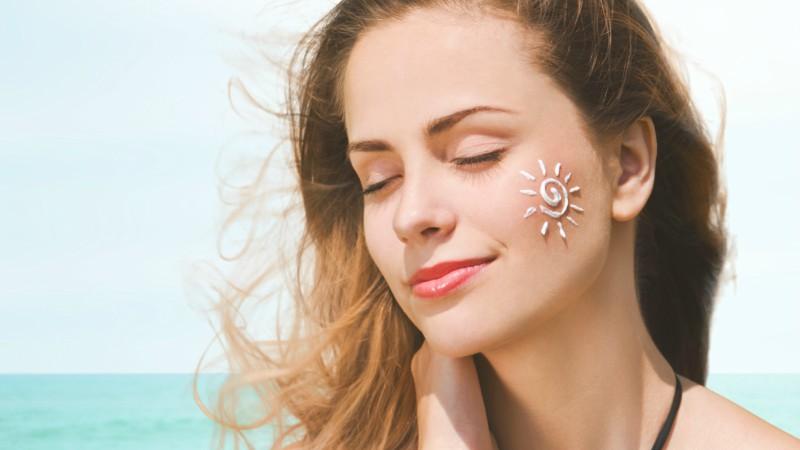 Thoa kem chống nắng giúp chăm sóc da đẹp vào mùa thu